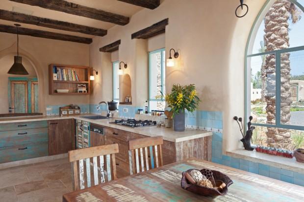 На фото: дерево и потертый голубой цвет в интерьере кухни