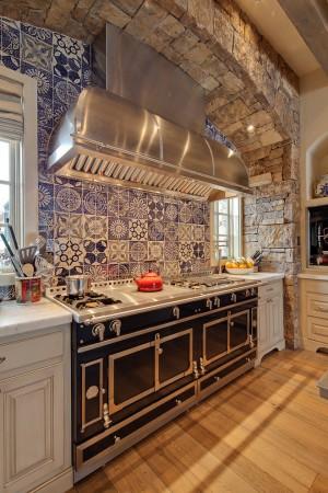 Каменный арочный свод над кухонной плитой