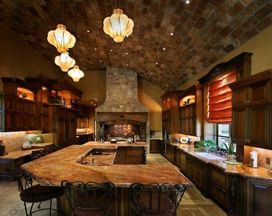 Уютная кухня с потолком из камня и использованием теплых тонов