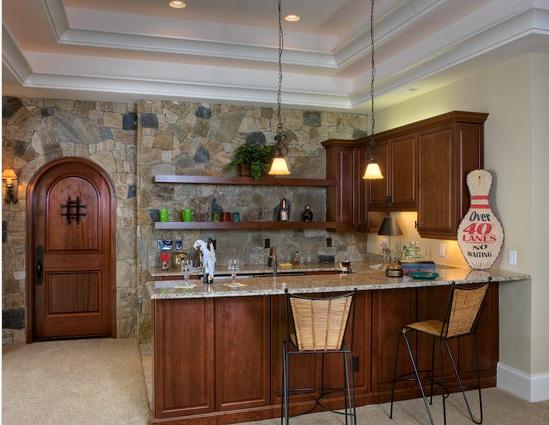 Простая кухня со стеной из камня