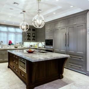 Мраморная стойка в интерьере серой кухни