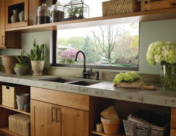 На фото: деревянный интерьер кухни с раковиной на против окна