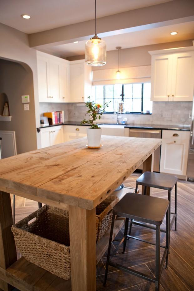 На фото: интерьер белой кухни с простым деревянным столом