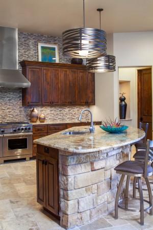 Кухонный фартук из мелкой каменной плитки и мраморная столешница