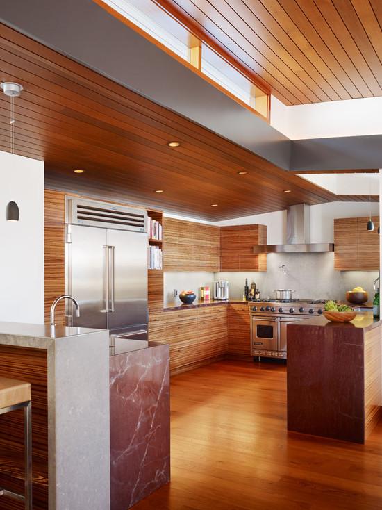 На фото: стильный интерьер кухни выполненный из деревянных реек