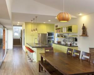 Большая и просторная кухня, в дизайне которой используется много дерева и оттенка желтого