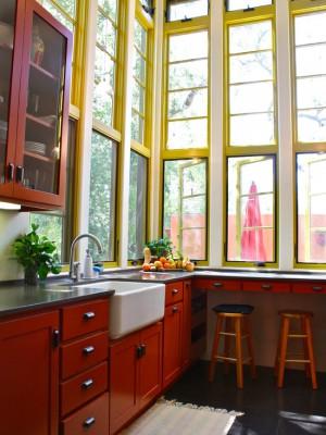 Классическая кухня с использованием большого количества естественного света