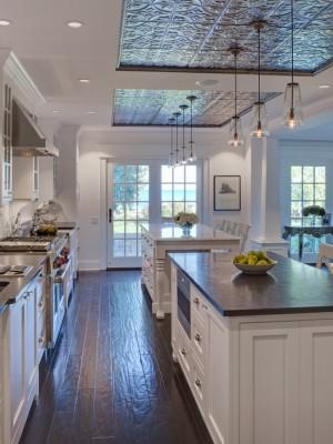 Необычное соединение темного пола из дерева с кухней, выполненной в светлых тонах