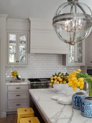 Кухня с фартуком из камня и фурнитурой сделанной из дерева