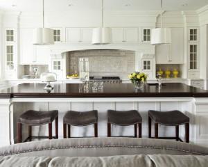 Просторная кухня с центральной частью – столом из дерева