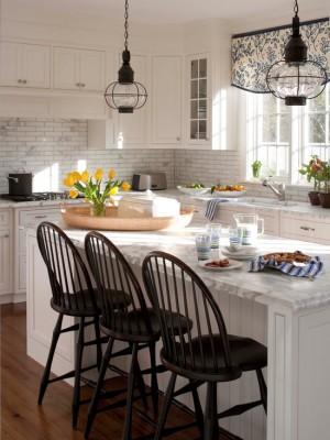 Основной белый цвет прекрасно сочетаются с темным тоном дерева, из которого сделаны стулья