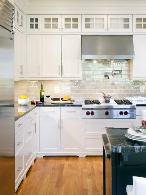 Каменный фартук и практичная кухонная мебель из дерева