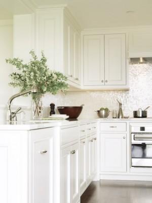 Интерьер кухни под дерево, с необычным фартуком из мозаики
