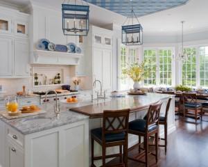 Сочетание деталей синего цвета, вместе с древесным и белым цветов, создают удивительное ощущение уюта