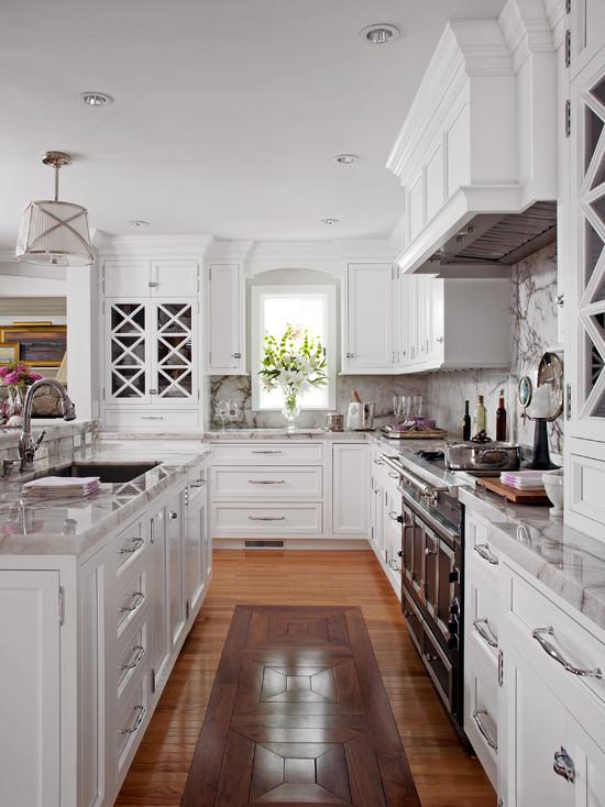 Элегантная кухня с оригинальным полом, в котором используются два вида древесины