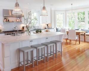 Большая кухонная комната, в дизайне которой используется современный стиль, дерево и камень