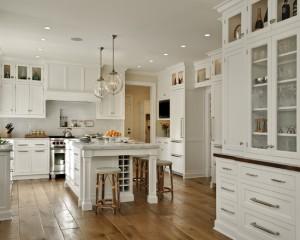 Большое пространство для кухни, которое подчеркивают, широкие деревянные доски на полу