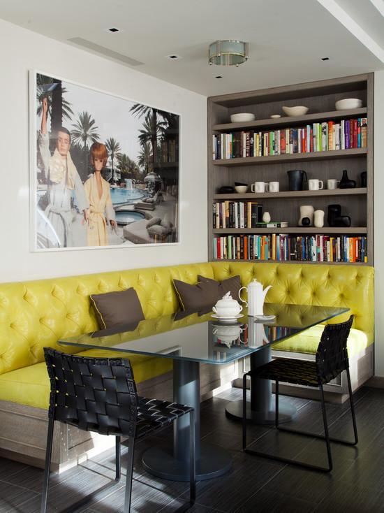 Комната с мягким и ярко желтым диваном с коричневыми деталями