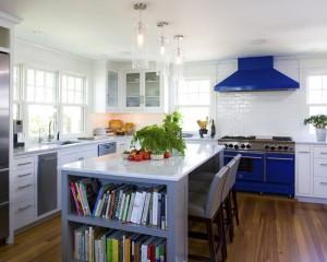 Белая кухня с синей плитой и вытяжкой