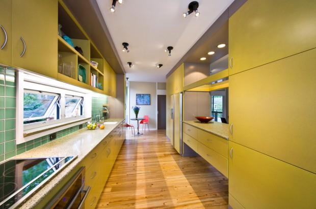 Большая кухонная комната, в дизайне которой используются желтые и зеленые тона, а также фартук из кафеля