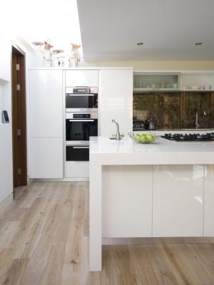 Бело-коричневая кухня в стили минимализм. Фото