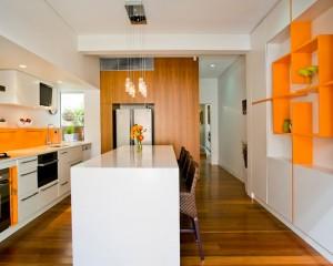 Бело-оранжевая кухня в стиле минимализм