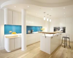 Голубой фартук на кухне в стиле минимализм