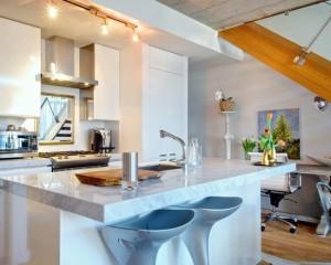 Фото: простая светлая кухня
