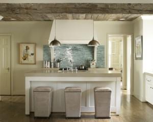 Голубой фартук на кухне. Фото