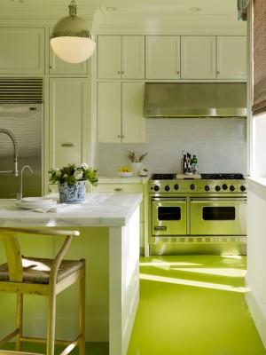 Зеленый пол на белой кухне