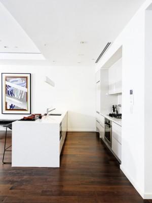 Темно деревянный пол и кухня в стили минимализм