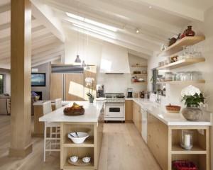 Белая кухня в сочетании с светлым деревом
