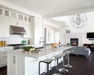 Сочетание темного пола и белой кухни