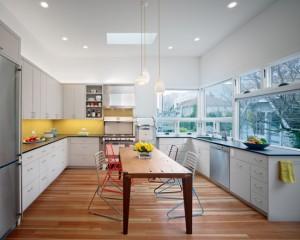 Фото: желтый фартук и белая кухня