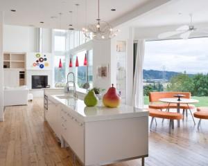 Светлая просторная кухня на веранде