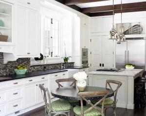 Темные вставки из дерева в сочетание с мебелью, которая выкрашена в белый цвет