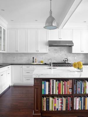 Кухня уникальным столом, в дизайне которого используется дерево и каменная плита