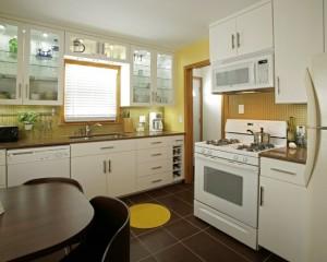 Белая кухня на фоне желтых стен