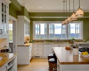 Зеленые стены и белая кухня