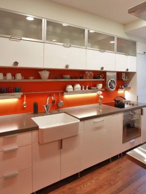 Красный фартук на белой кухне