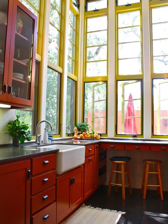 Классическая кухня с использованием красно-желтых тонов и большого количества естественного света