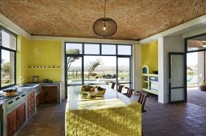 kuxnya, glavnoj osobennostyu kotoroj yavlyaetsya faktura, sten, potolka, furnitury i dazhe osnovnogo stola