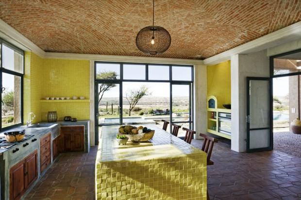 Кухня, главной особенностью которой является фактура, стен, потолка, фурнитуры и даже основного стола