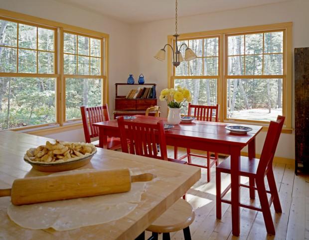 Максимально простой дизайн желтой кухни с яркой центральной частью