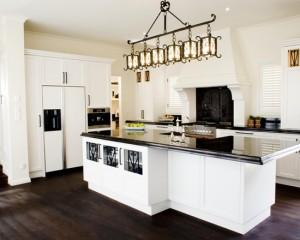 Черно-белая кухня в стиле барокко