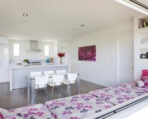 Белая кухня с фиолетовыми пятнами. Фото