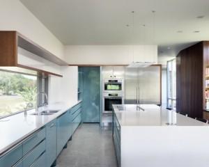 Минимализм бело-голубой кухни
