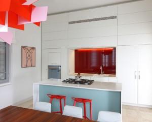 Поп-Арт в интерьере белой кухне