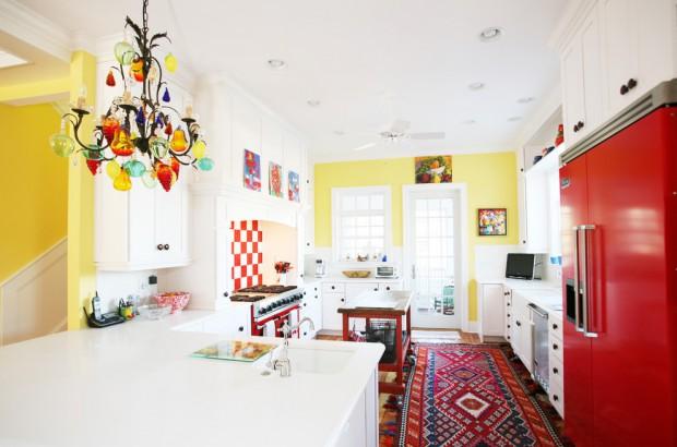Просторная кухня, в которой соединены яркие цвета, которые особенно привлекательно выглядят, когда на нах попадает естественный свет