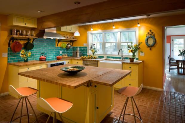 Кухня с сочетание темных тонов желтого с необычным фартуком синего цвета
